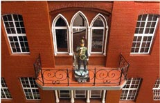 De små fönstren och stolparna består av 170 olika delar, och är varsamt svarvade för hand.