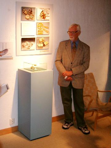 Albin Schaeder förevisare det ur som bärgades från skeppet StMikael i Åbo skärgård.