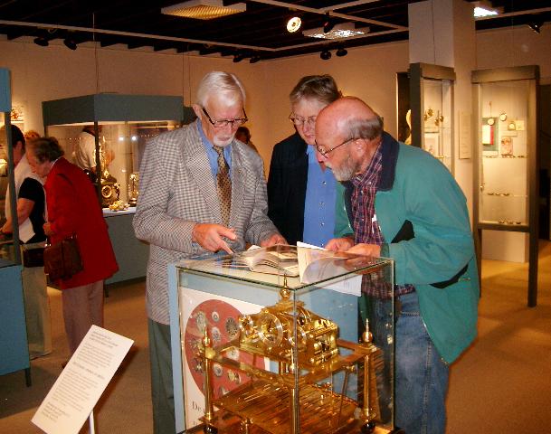 Albin Schaeder visar sin bok De Underbara Uren för intresserade utställningsbesökare.